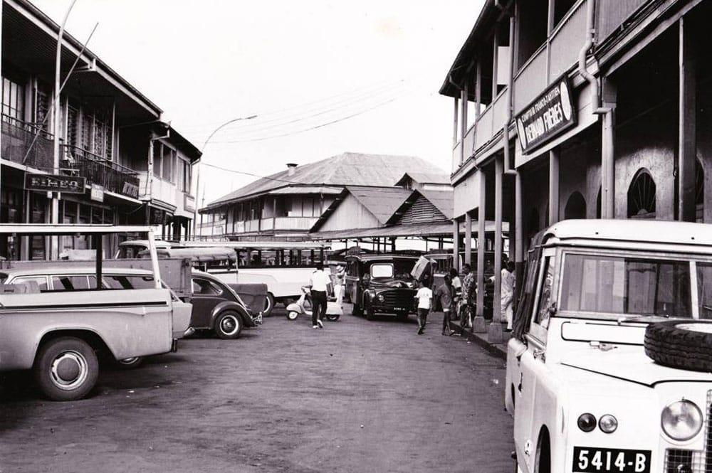 La rue du 22 septembre (ex Beaux Arts) en 1974, vue du carrefour avec la rue de du Maréchal Foch, à Papeete