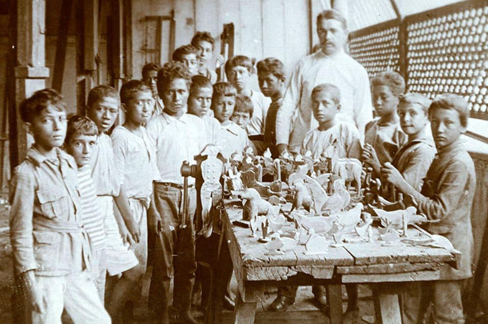 Elèves fabriquant des jouets à l'écoles des garçons de Papeete