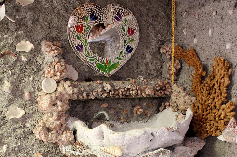 Salle de bain de la maison en coquillage de Maupiti. Photo lesaventuresdemariane