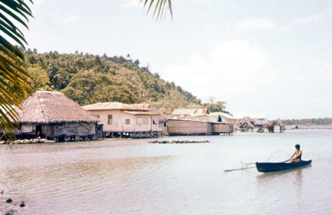 Village de Maeva à Huahine en 1958, vue du lac.