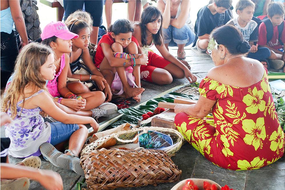 Démonstration de teintures végétales organisée pour les élèves par le Service de la Culture et du Patrimoine