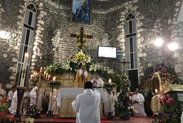 Autel de l'église Saint François-Xavier de Paea