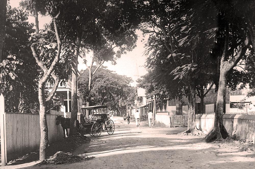 Vers 1900, la vue de Rivoli à Papeete, vue depuis la place de la cathédrale. Photo Geoges Spitz