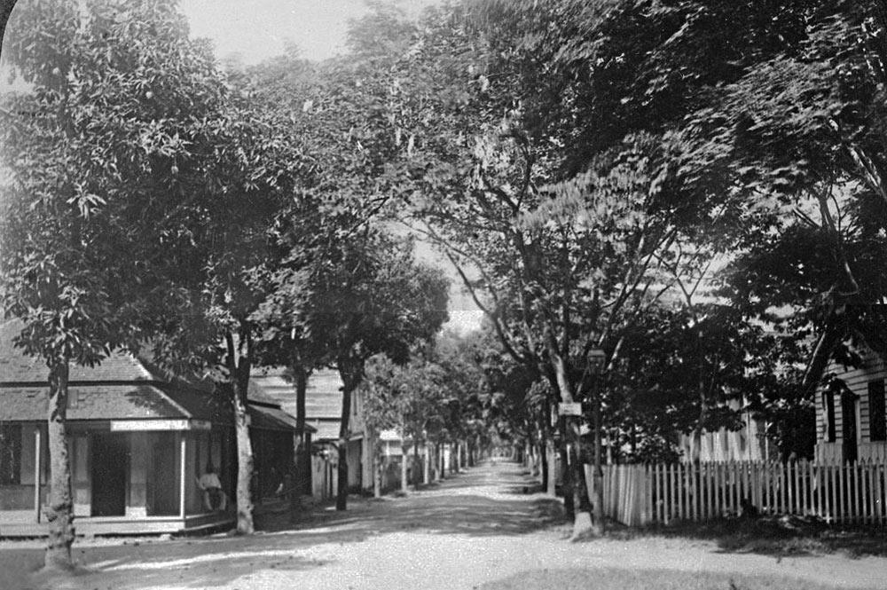 Carrefour de la rue de Rivoli et de l'avenue Bruat à Papeete 1890-1900
