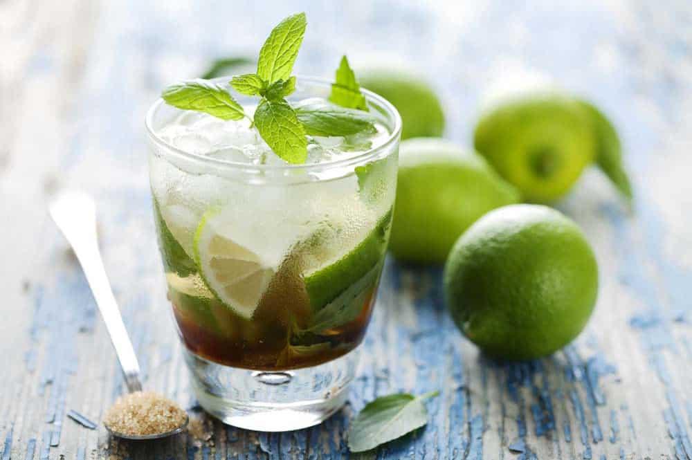 Cocktail Mojito, rhum blanc, citron vert et menthe fraiche