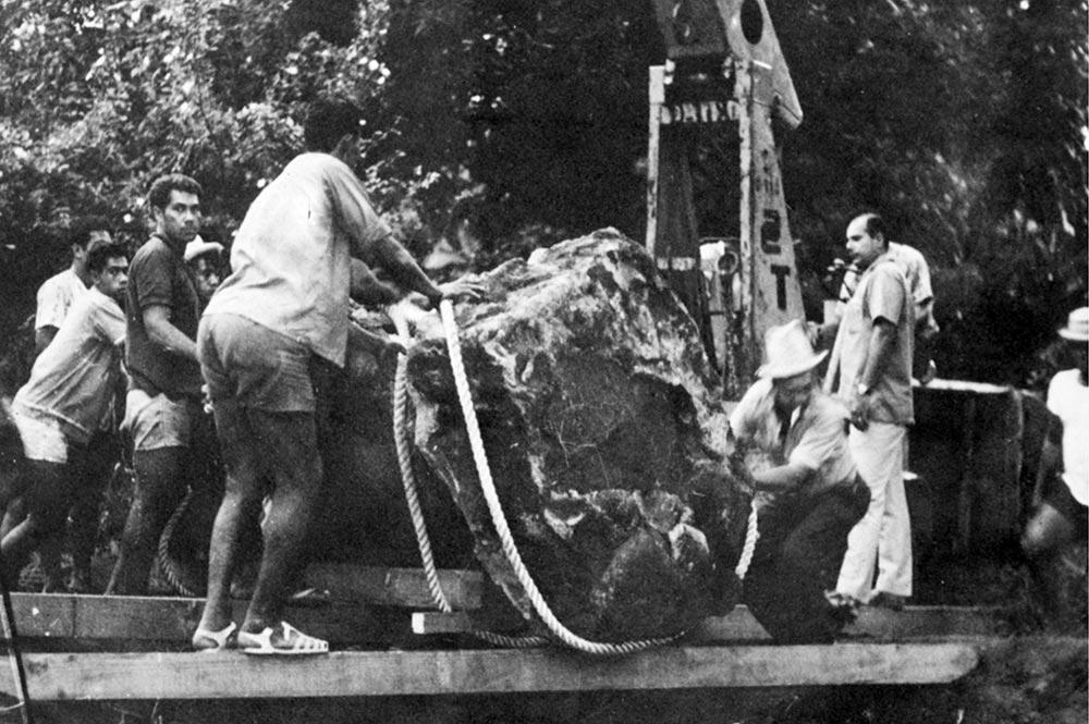 Transport des tiki de Raivavae de Mamao à Papeari en 1965