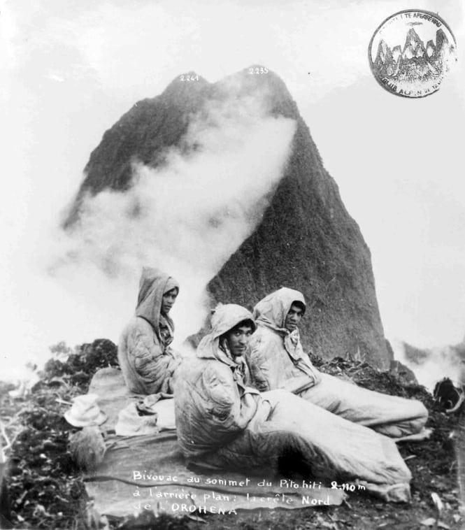 Bivouac au sommet du Pito Hiti, devant l'Orohena. Maurice Jay 1953