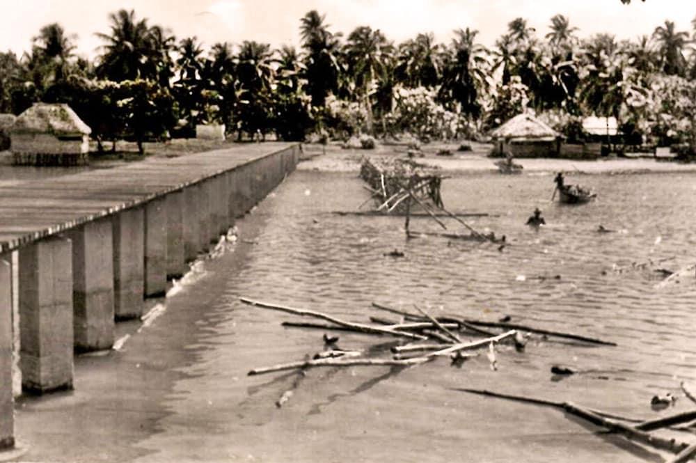 La construction du premier pont en 1955. Coll Aimée Tauira Venzac