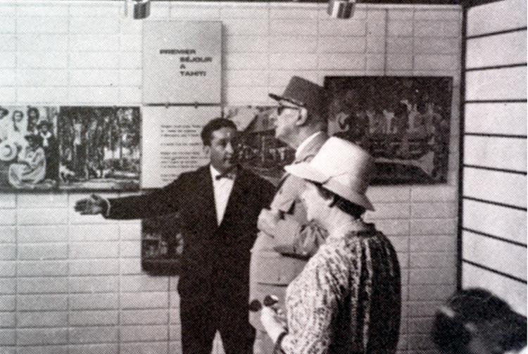 Gilles Arthur, faisant visiter le musée Gauguin au président Charles de Gaulle et sa femme Yvonne