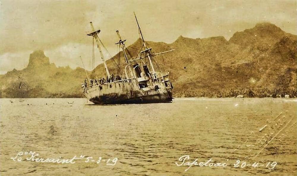 L'échouement de l'aviso Kersaint sur les récifs d'Opunohu le 5 Mars 1919. Photo Lucien Gauthier.