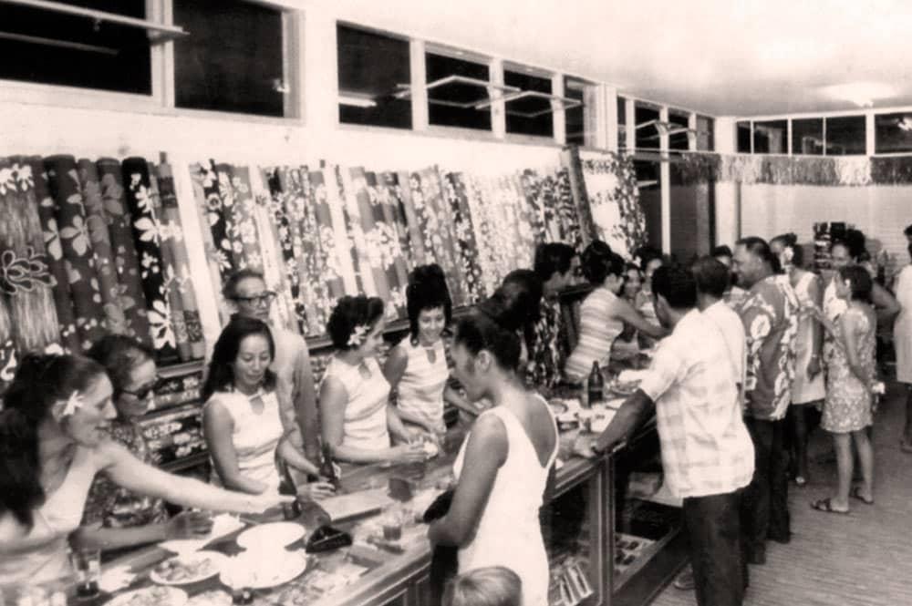 Papa Achou dans le magasin Chin Lee de Bora Bora