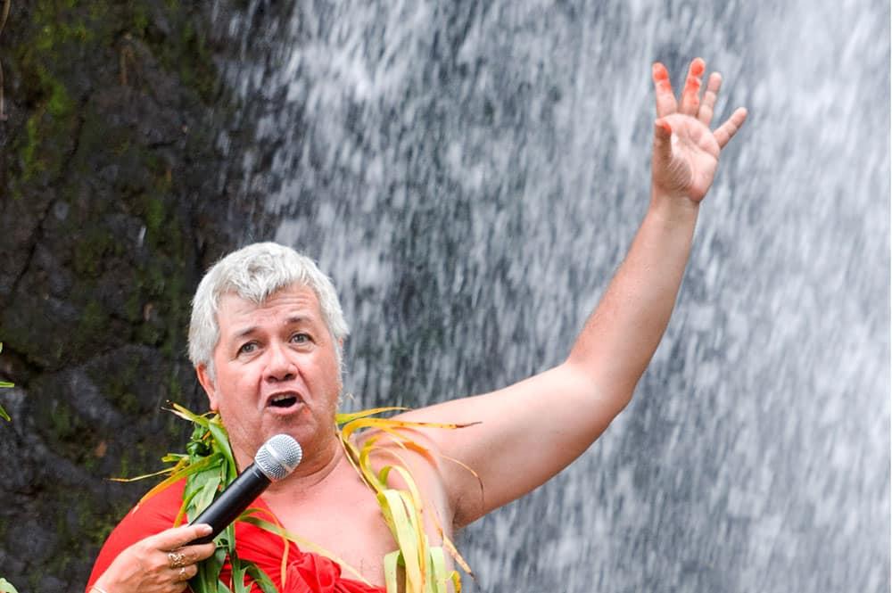 Cérémonie traditionnelle pour l'eau à la cascade de Vaihi
